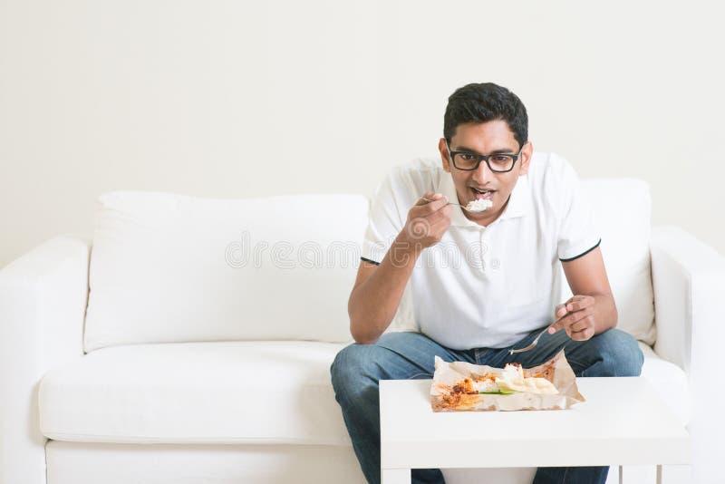 Сиротливый человек есть еду стоковое изображение rf