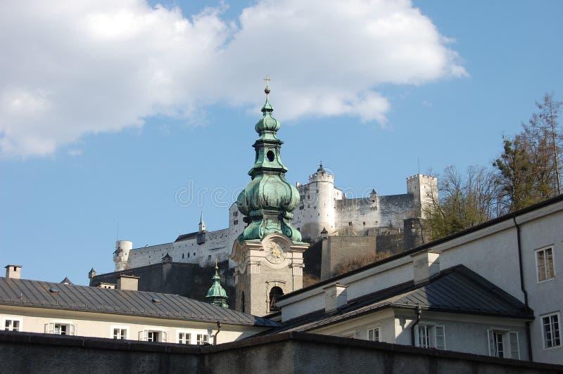 Сиротливый шпиль на перекрестках крыш стоковые фото