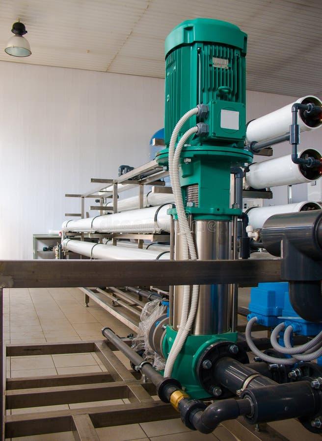 Система обратного осмоза - установка промышленных приборов мембраны стоковые изображения rf