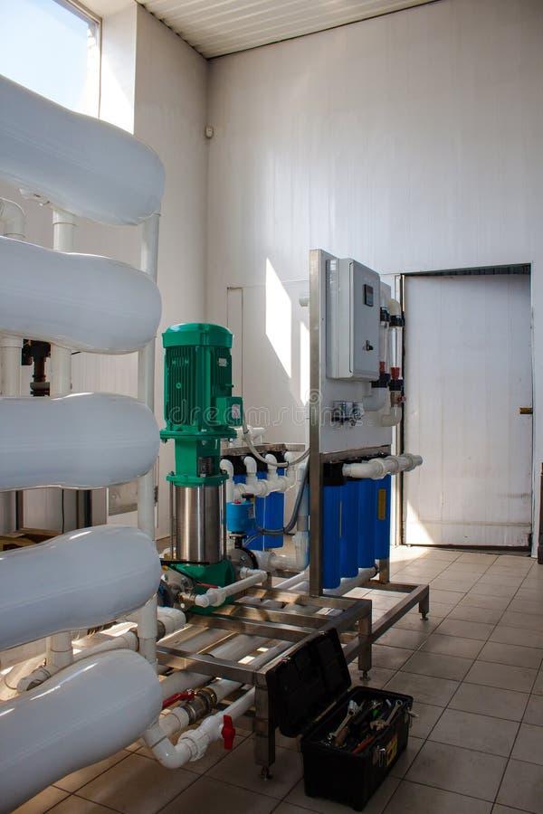 Система обратного осмоза - установка промышленных приборов мембраны стоковые фотографии rf