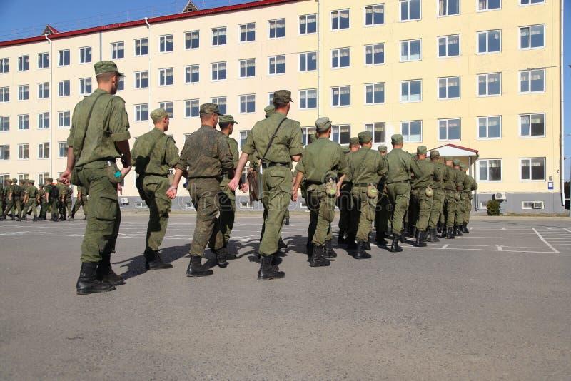 Система солдат идет напротив казарм ` s солдата стоковое фото rf