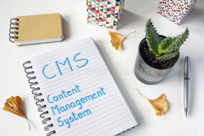 Система управления содержания CMS написанная в тетради стоковое фото