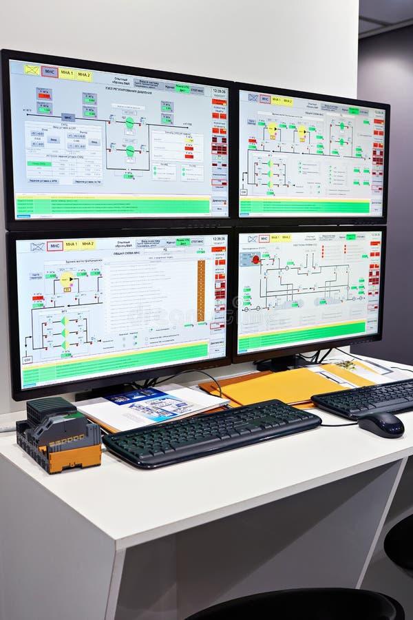 Система управления давления компьютера в насосах на промышленном предприятии стоковое изображение rf