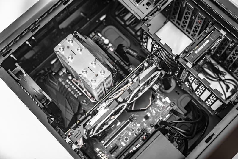 Системный блок ПК Компоненты компьютера во время собрания ПК стоковая фотография