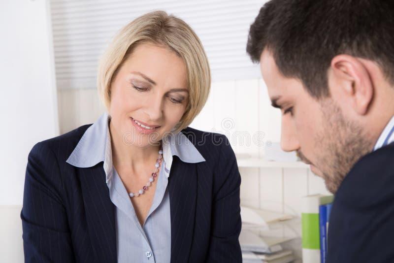 Ситуация в собеседовании для приема на работу или бизнесменах в встрече стоковая фотография