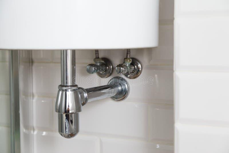 Сифон таза или сток раковины в ванной комнате, чистой стоковая фотография rf
