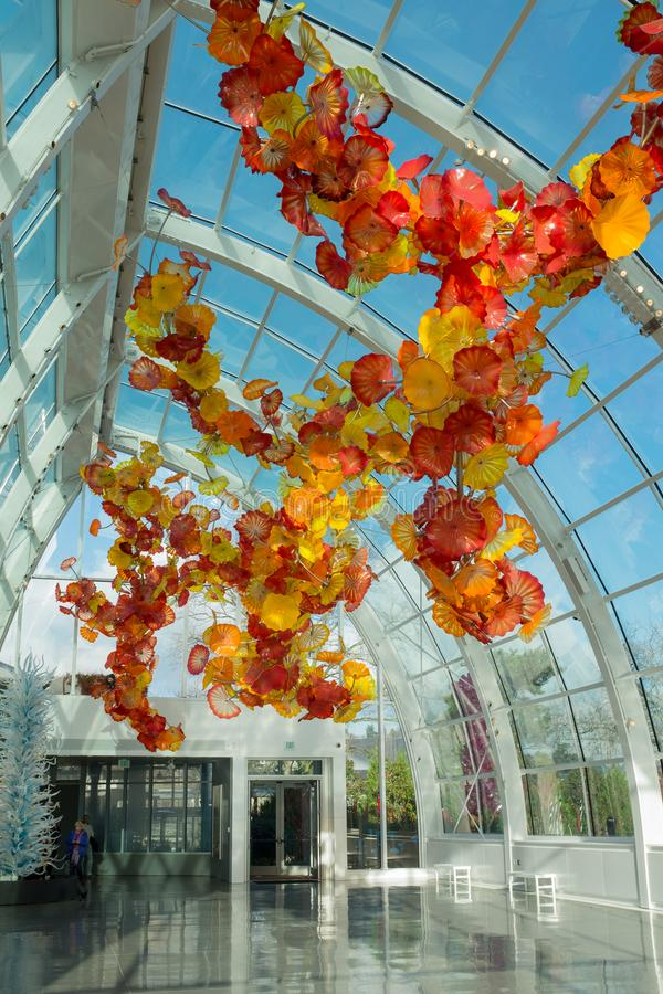Сиэтл, Вашингтон, США, 15-ое декабря 2015: Внутри изумительного предсердия Chihuly показывая красивое художественное произведение стоковая фотография