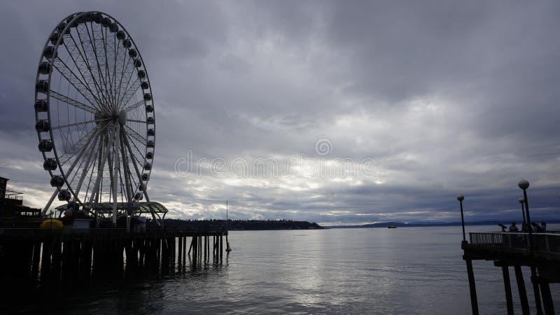 Сиэтл под темными облаками стоковые фото