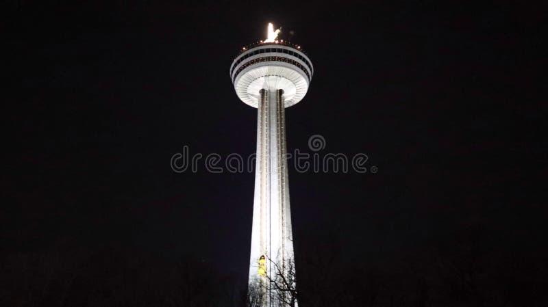 Сияющая башня Ниагарского Водопада вечером стоковая фотография
