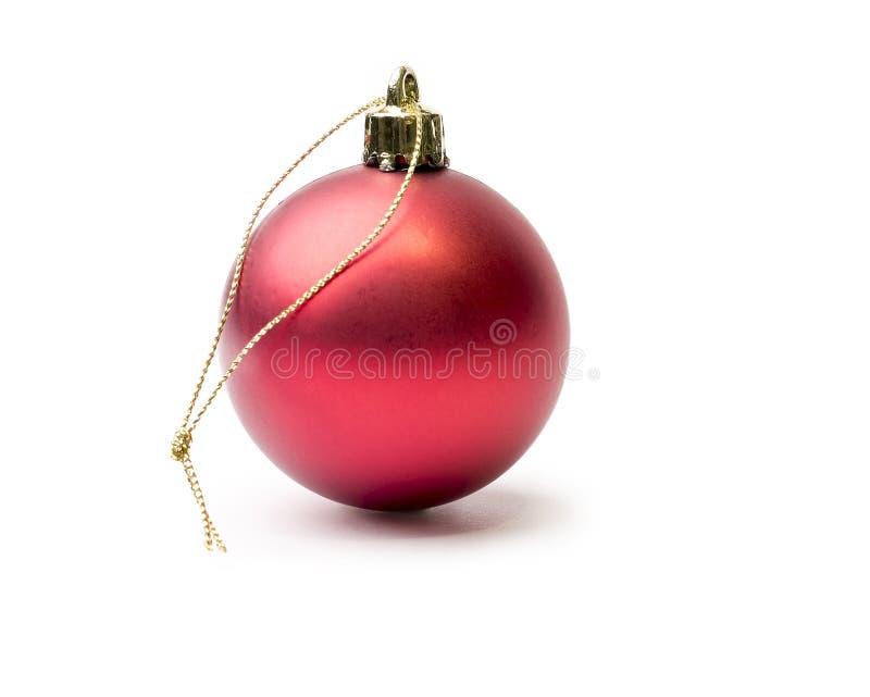 Сияющая красная безделушка рождества изолированная на чисто задней части белизны стоковое фото rf