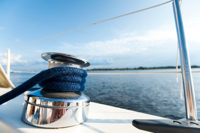 Сияющая снасть на белом столе яхты во время рейса океана стоковые изображения