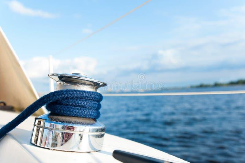 Сияющая снасть на белом столе яхты во время рейса океана стоковое изображение rf