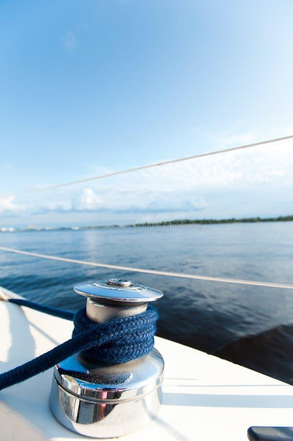 Сияющая снасть на белом столе яхты во время рейса океана стоковое фото rf