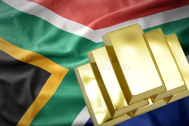 Сияющие золотые миллиарды на флаге Южной Африки стоковые изображения rf