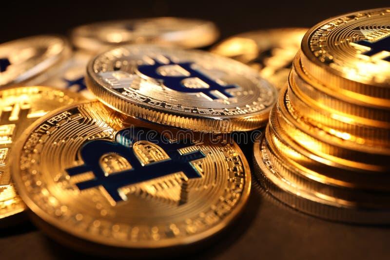 Сияющие bitcoins золота на темной предпосылке, взгляде крупного плана стоковые фото