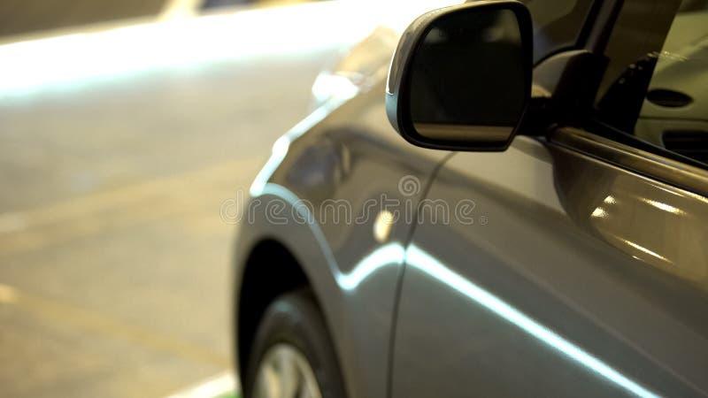 Сияющий автомобиль на парковке, безопасности автомобиля, современном переходе города, конце вверх стоковые изображения