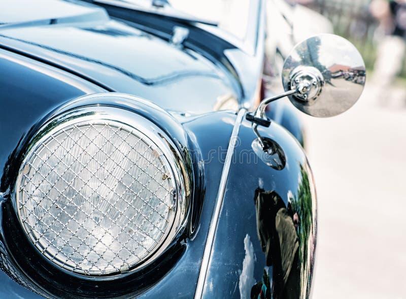 Сияющий голубой винтажный автомобиль, взгляд детали фары стоковая фотография rf