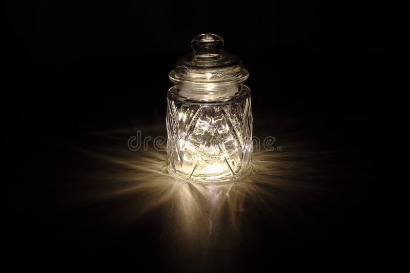 Сияющий свет через стеклянный опарник стоковое фото