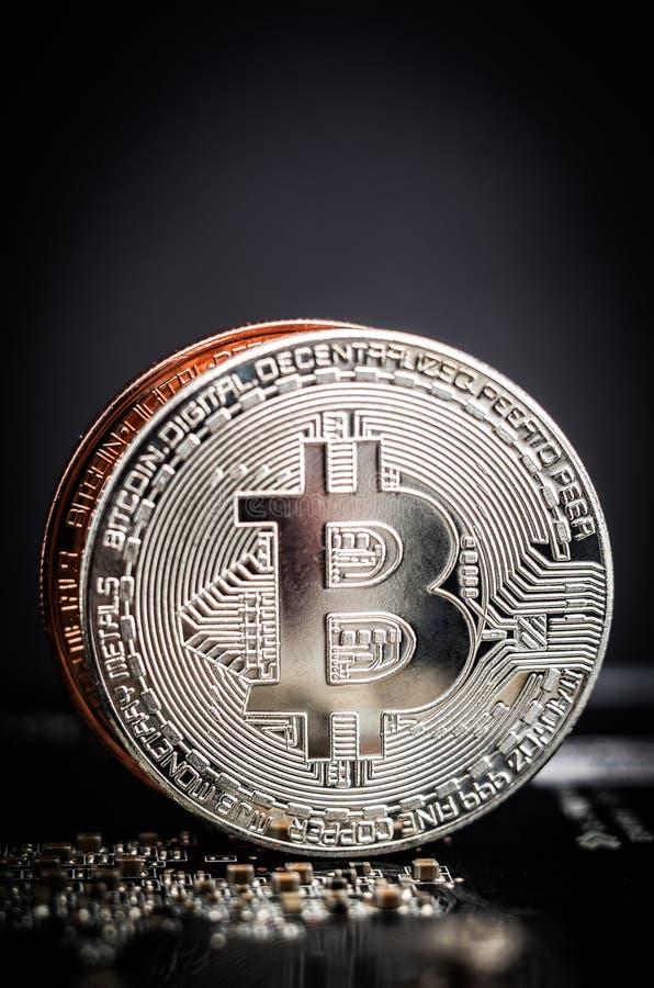 Сияющий серебр и медные bitcoins стоковое изображение rf