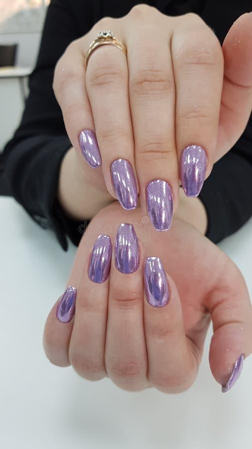 Сияющий яркий блеск на ногтях стоковая фотография rf