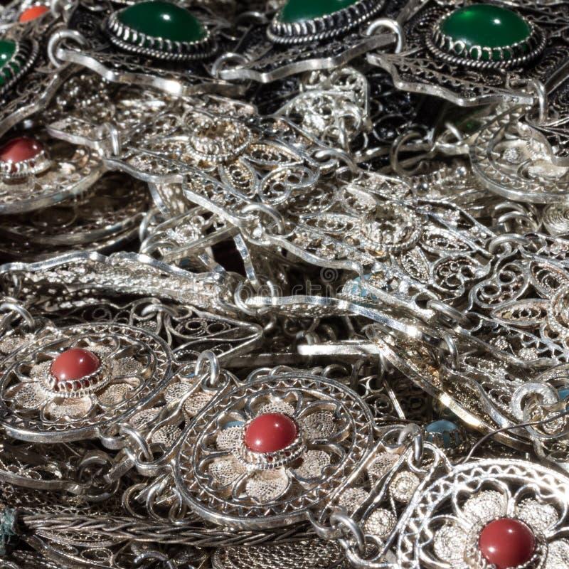 Сияющий bunt серебряных ювелирных изделий с красными и зелеными драгоценными камнями стоковая фотография