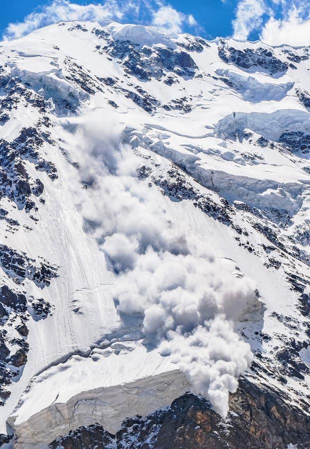 Сила природы Лавина в Кавказе стоковое изображение