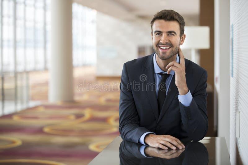 Сидеть бизнесмена уверенно с портретом улыбки стоковое фото rf