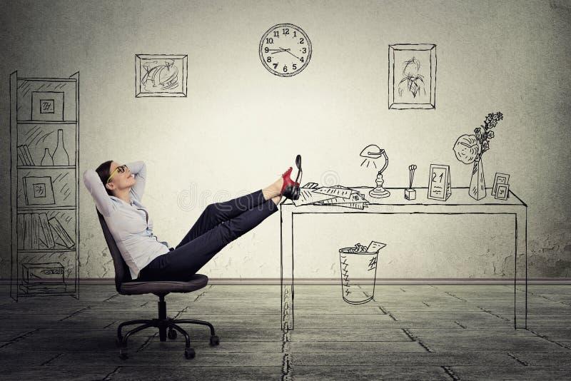 Сидеть коммерсантки ослабляя в офисе стоковые фотографии rf