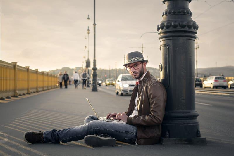 Сидеть на тротуаре стоковые изображения rf