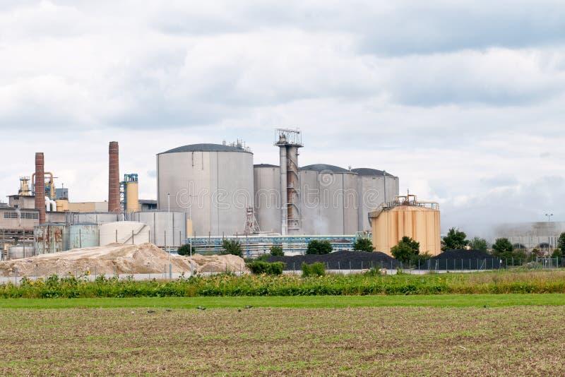 Силосохранилища мельницы suger перед пасмурным голубым небом после шторма стоковое изображение