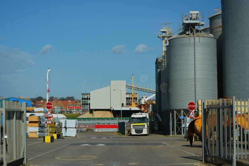 Силосохранилища elavator зерна и причал двора тимберса стоковые фото