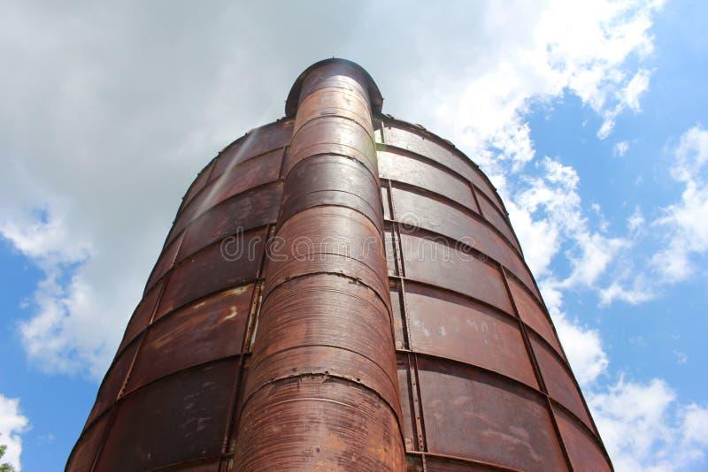 Силосохранилище к облакам стоковое фото rf