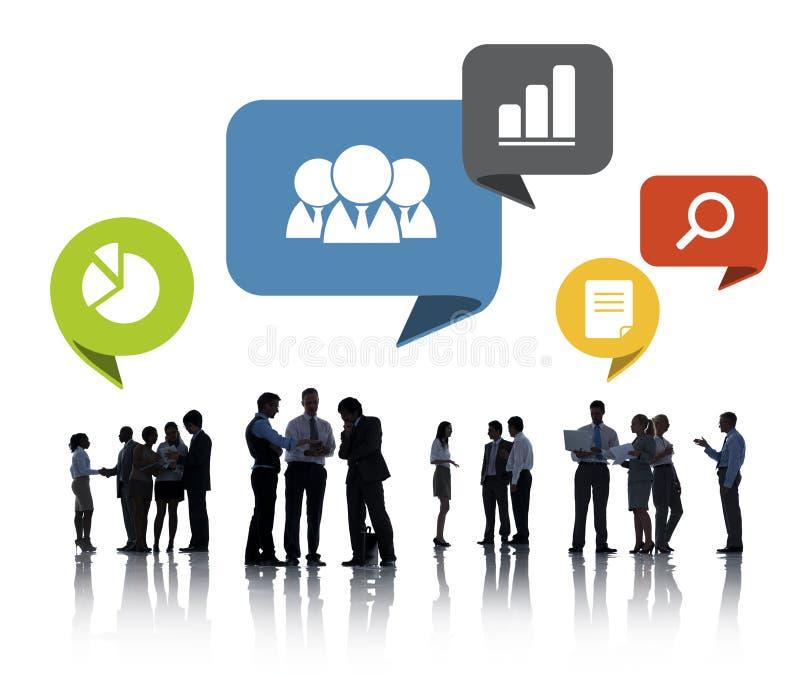 Силуэты бизнесменов обсуждая социальную сеть стоковое изображение