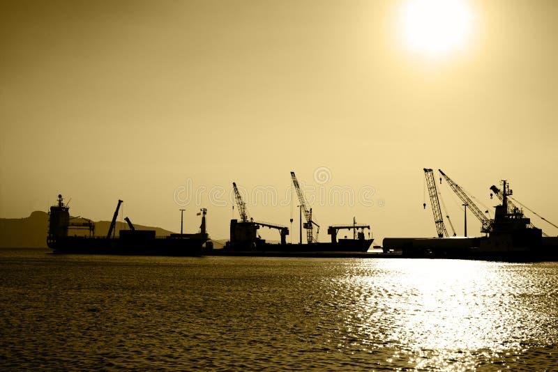 Силуэты грузовых суда стоковые изображения rf