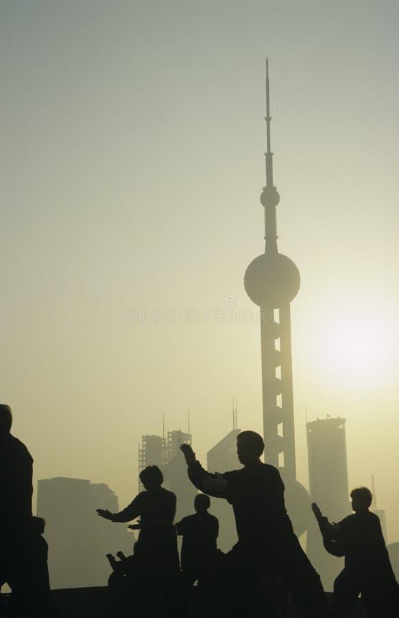 Силуэты Китая Шанхая людей против горизонта города (востоковедная башня TV жемчуга) стоковое фото rf