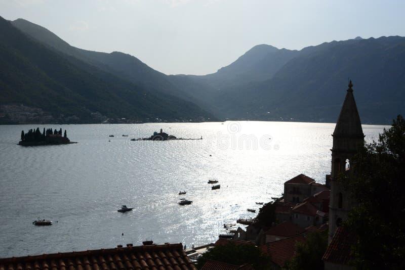 Силуэты островов в заливе Kotor Черногория стоковые изображения rf