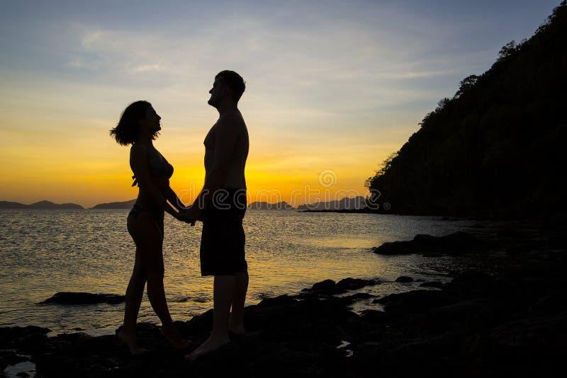 Силуэты пар в влюбленности стоковое фото rf