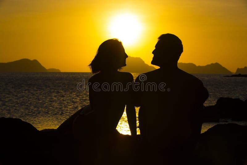 Силуэты пар в влюбленности стоковая фотография rf