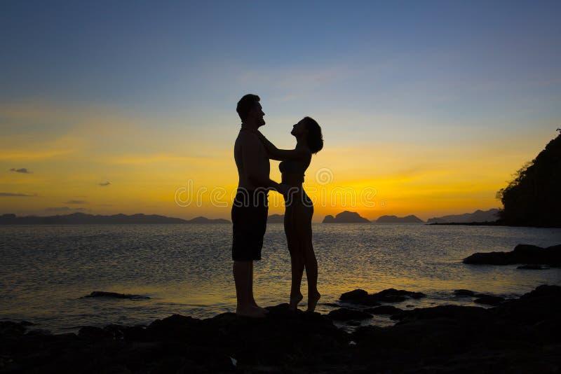 Силуэты пар в влюбленности стоковые изображения rf