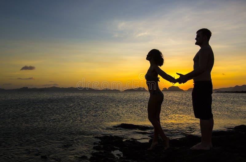 Силуэты пар в влюбленности стоковые фотографии rf