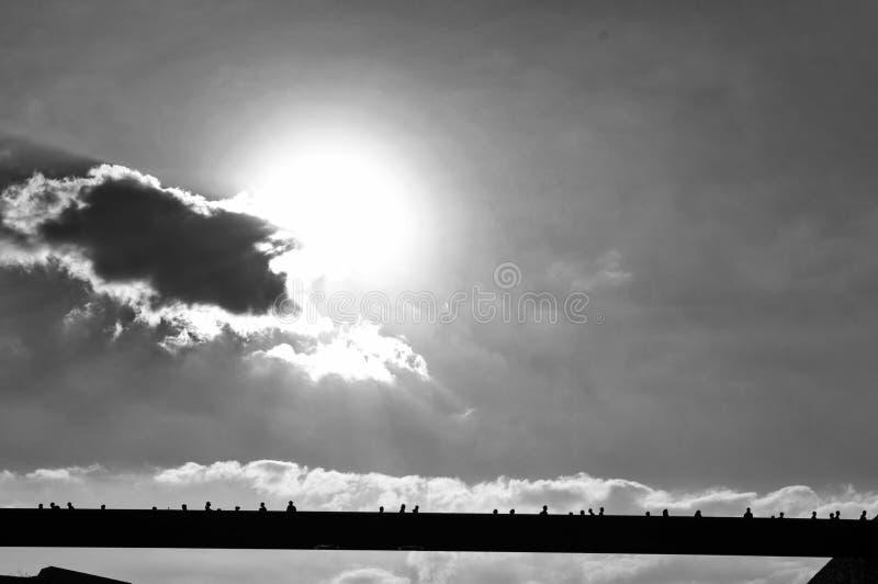Силуэты людей пересекая мост на музей европейских и среднеземноморских цивилизаций стоковое изображение rf