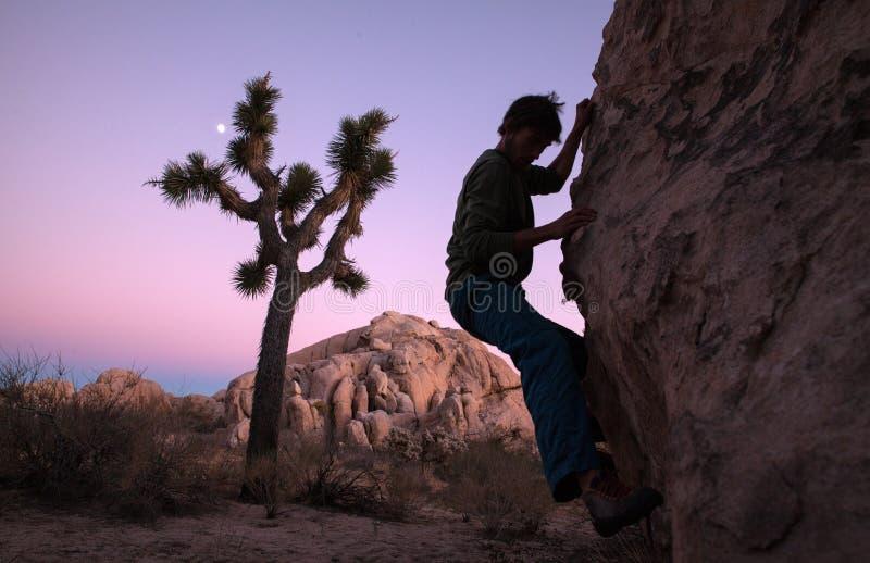 Силуэт альпиниста на зоре, Калифорния стоковая фотография