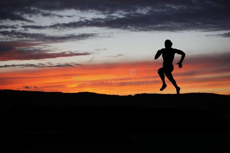Силуэт бегуна во время внешнего вездеходного хода стоковая фотография rf