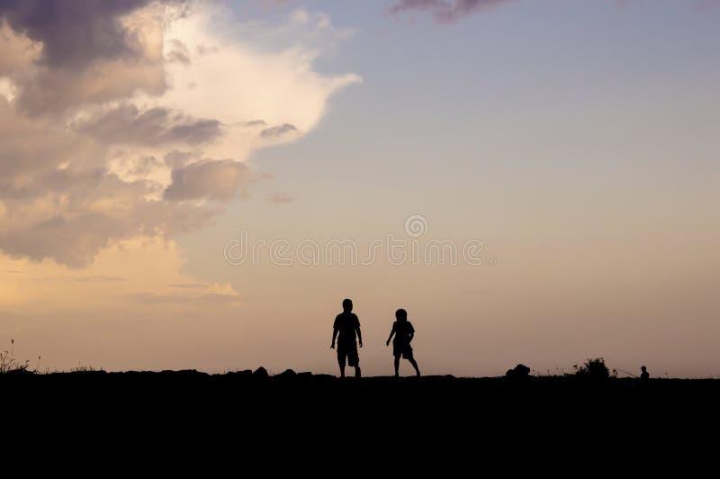 Силуэт бежать детей стоковое изображение rf