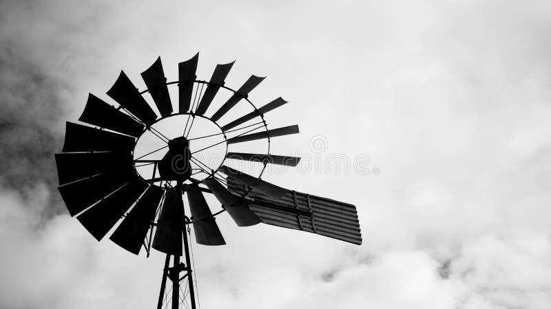 Силуэт ветрянки стоковое фото rf