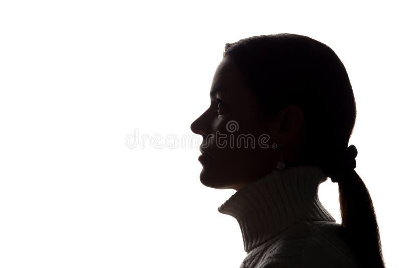 Силуэт взгляда молодой женщины вперед - горизонтальный стоковые фотографии rf