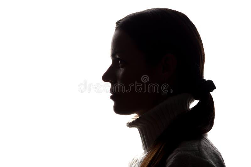 Силуэт взгляда молодой женщины вперед - горизонтальный стоковое фото