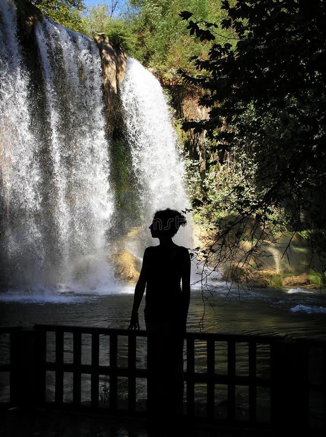 Силуэт водопада женщины готовя стоковые фотографии rf