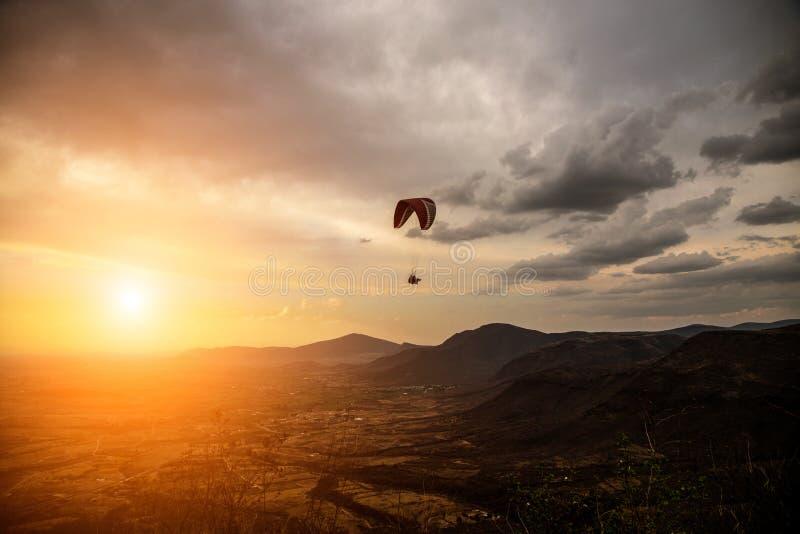 Силуэт водолаза неба летает на предпосылку неба захода солнца стоковое фото rf