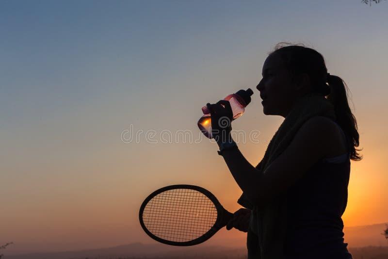 Силуэт воды тенниса девушки стоковые изображения rf